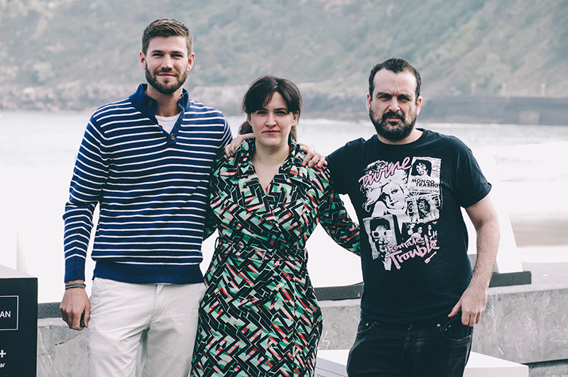 Nacho Vigalondo, director de Colossal; junto al actor Austin Stowell y la productora Nahikari Ipiña. // Foto: Santiago Farizano