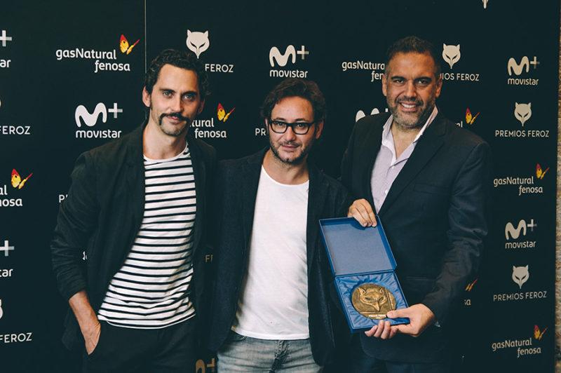 Paco León junto a los premiados, el productor Paco Ramos y el actor Carlos. // Foto: Santiago Farizano