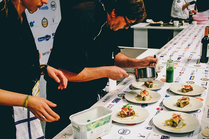 Los cocineros dando lo mejor de sí mismos. Foto: Santiago Farizano
