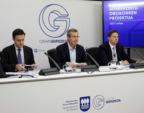 Olano, con Larrañaga y Corchón presentando esta mañana los presupuestos de Diputación para 2017. Foto: Diputación