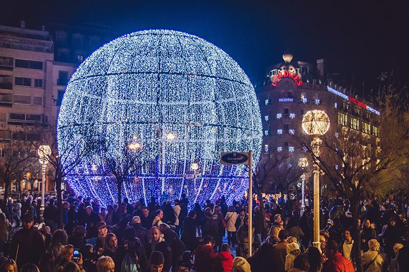 La bola de la Plaza Cervantes volverá a iluminarse este año. Foto: Santiago Farizano