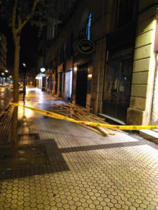 Tablones caídos desde una terraza de la calle Matía. Foto: Idoya Pardo Martínez