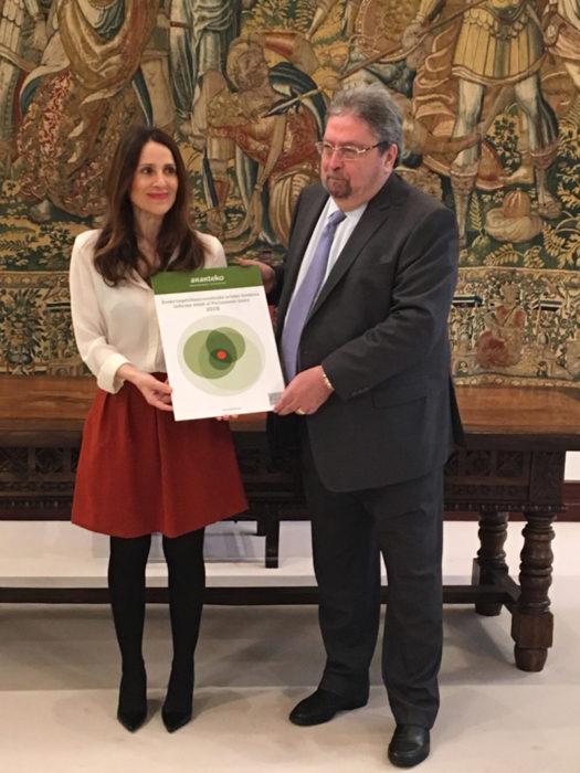El ararteko, con la presidenta del Parlamento vasco. Foto: Ararteko.net