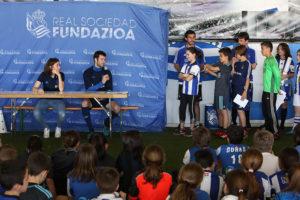 AMETS BAT. Colegios de Gipuzkoa visitan las instalaciones de Zubieta, y comparten unos momentos con jugadores de la primer equipo de la Real Sociedad. Foto: R.S.