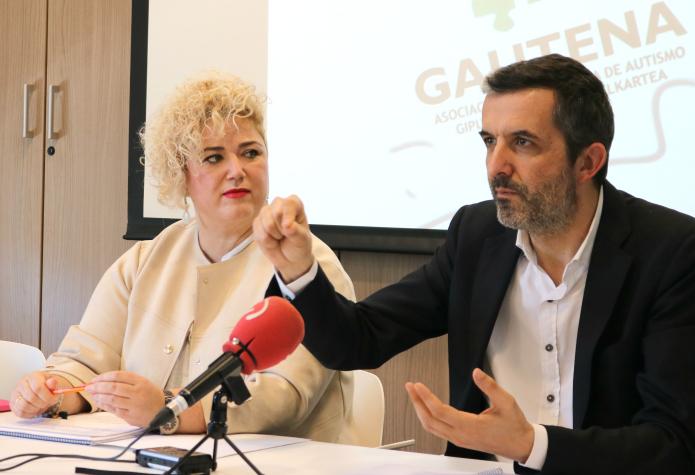 Maite Peña y el representante del Tribunal de Cuentas francés. Foto: Diputación