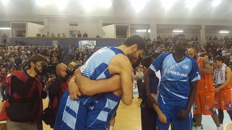 Imagen del final de la liga tras coronarse vencedores. Foto: Gipuzkoa Basket