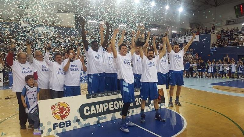 El equipo, triunfante, en el último partido de la temporada anterior. Foto: Gipuzkoa Basket