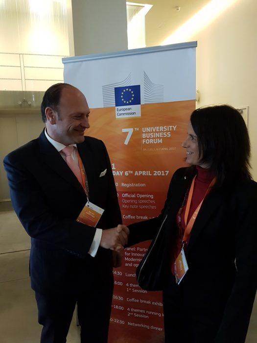 La directora de Universidades Miren Artaraz junto al responsable de la Comisión de Universidades y Alianzas Universidad-Empresa, Harald Hartung, ayer en Bruselas. Foto: Gobierno Vasco