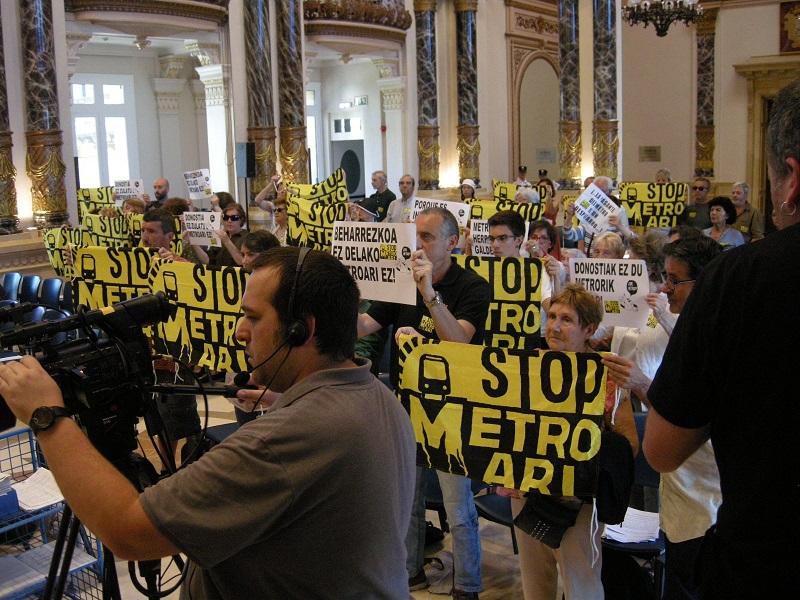Entrada del movimiento en un pleno del Consistorio que se celebró en mayo. Foto: Satorralaia