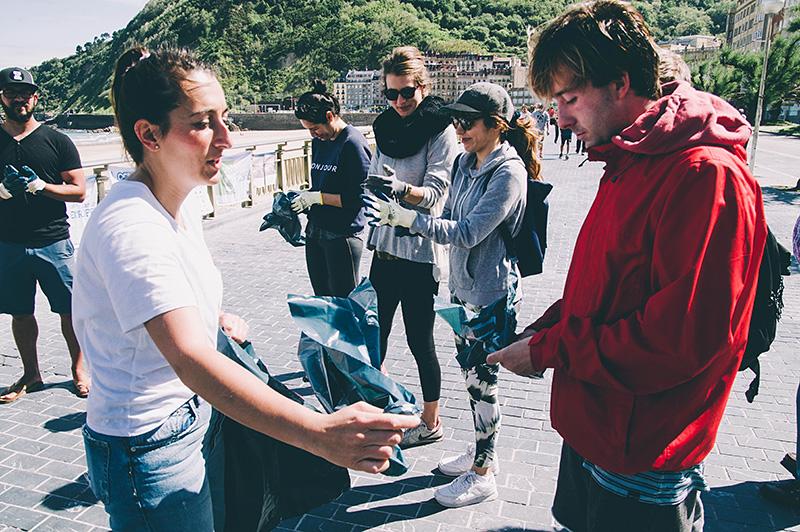Voluntarios de Life Lema limpian la Zurriola en mayo. Foto: Santiago Farizano