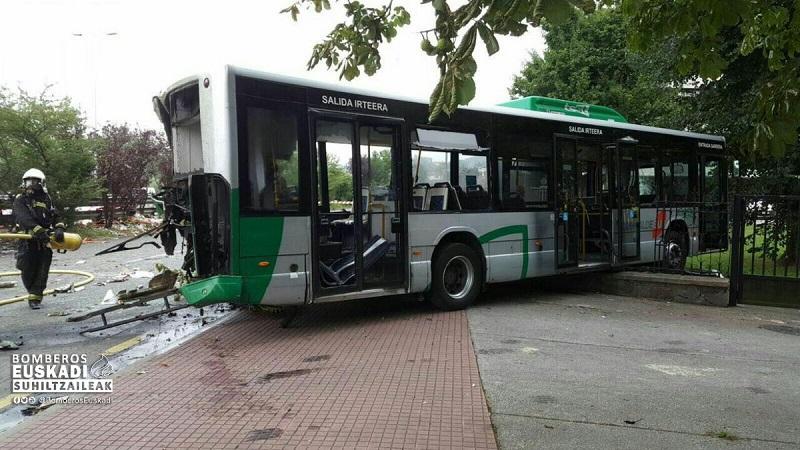 Estado del autobús tras sufrir el choque  de un camión el pasado viernes. Foto:  Bomberos