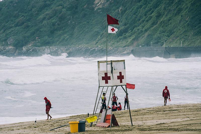 bandera roja y amarilla playa