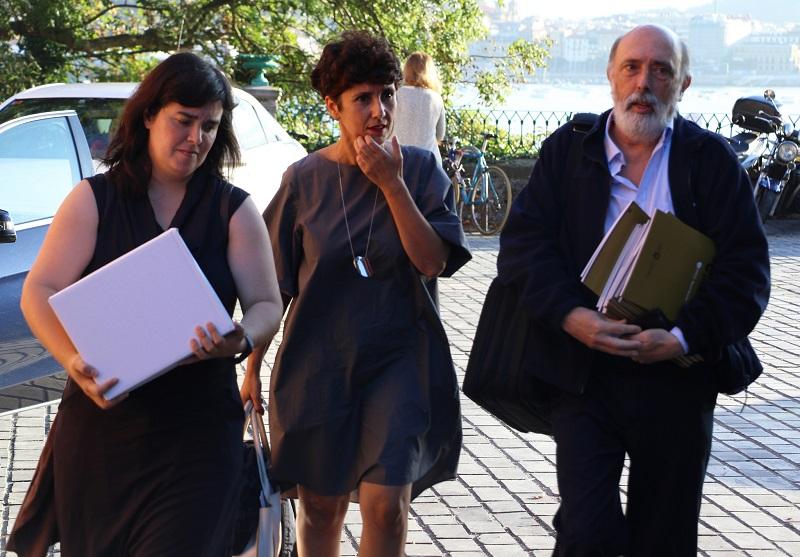 Maribel Vaquero y el forense Paco Etxeberria a su llegada al curso. Foto: Diputación