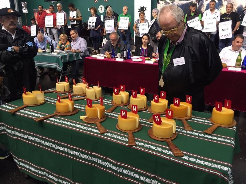 Juan Mari Arzak observa los quesos a concurso. Foto: Ordiziako Azoka