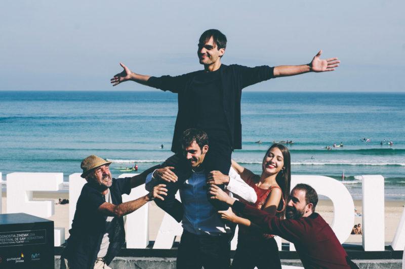 El equipo de Handia durante el Zinemaldia. Foto: Santiago Farizano