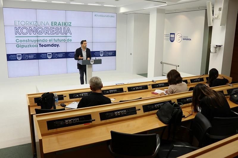 El portavoz Imanol Lasa da a conocer el congreso. Foto: Diputación