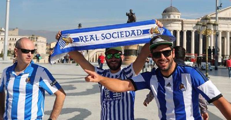 Aficionados en la ciudad de Skopje, Macedonia, en el partido de ida. Foto: Real Sociedad