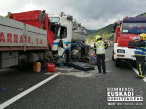 Soraluze1 300x224 - (Ampliación) Dos personas heridas en el accidente entre dos camiones en la AP-1, a la altura de Soraluze