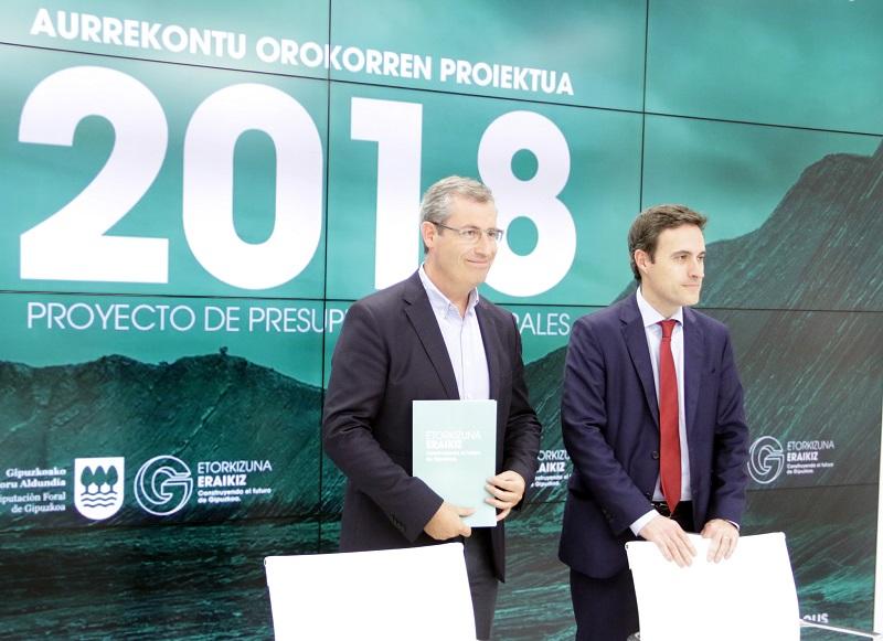 La presentación de las cuentas la pasada semana por Markel Olano y Jabier Larrañaga. Foto: Diputación
