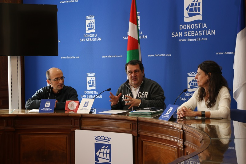 Ernesto Gasco y los representantes de Donostia San Sebastián Shops. Foto: Ayto.