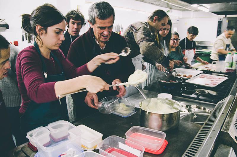 Clases de cocina para miembros de Atzegi en el aulario de la UPV. Foto: Santiago Farizano