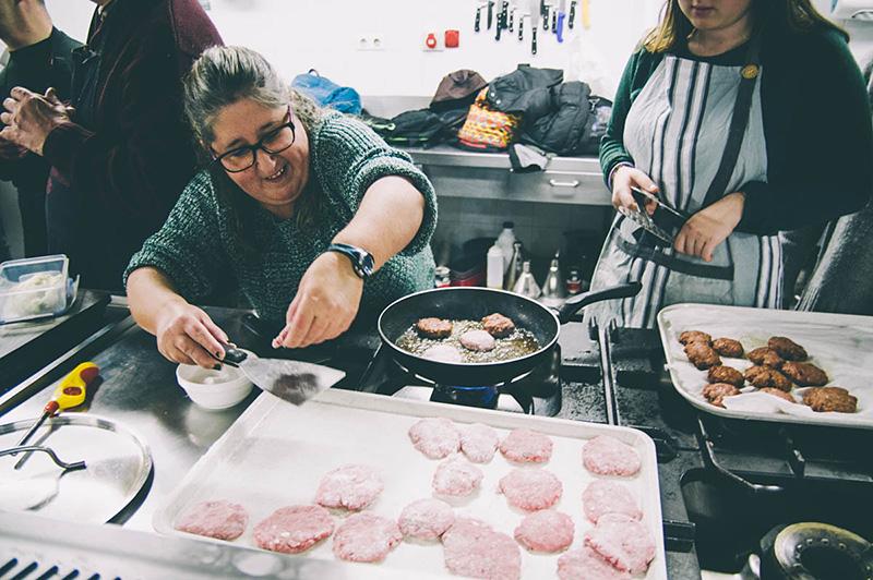 Curso de cocina para miembros de Atzegi. Foto: Santiago Farizano