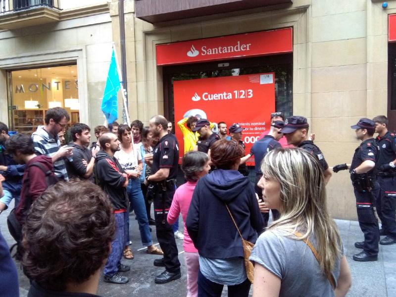 Altercado entre manifestantes anti turismo y Ertzaintza el pasado 20 de julio.  Foto: A.E.