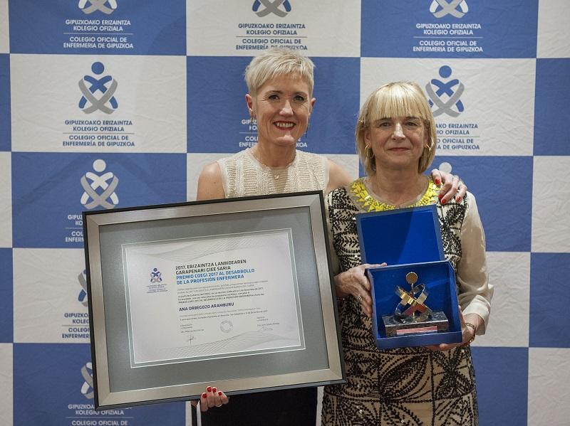 Pilar Lecuona, Presidenta del COEGI, entrega el premio a Ana Orbegozo. Foto: Coegi