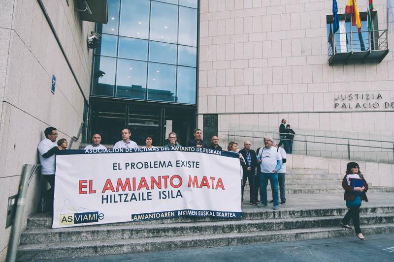 Una de las protestas de Asviamie, asociación de víctimas del amianto, en el Juzgado donostiarra. Foto: Santiago Farizano