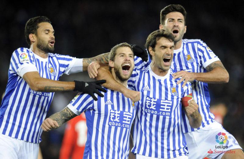 Los jugadores, con la camiseta oficial y la publidad de Qbao.com. Foto: LaLiga