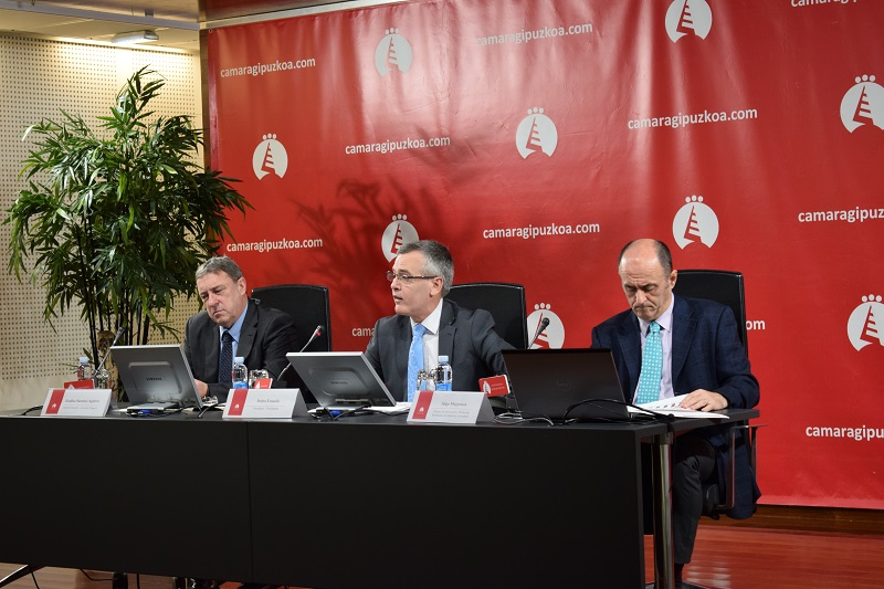 Endika Sánchez, secretario general de Cámara de Gipuzkoa; Pedro Esnaola, presidente, e Iñigo Muguruza, director de Marketing. Foto: Cámara de Gipuzkoa