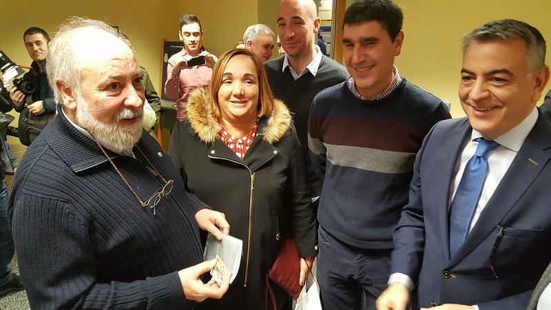 Javier De Andrés felicita al concejal Arcadio Benítez tras renovar su DNI en Eibar. Foto: Delegación de Gobierno