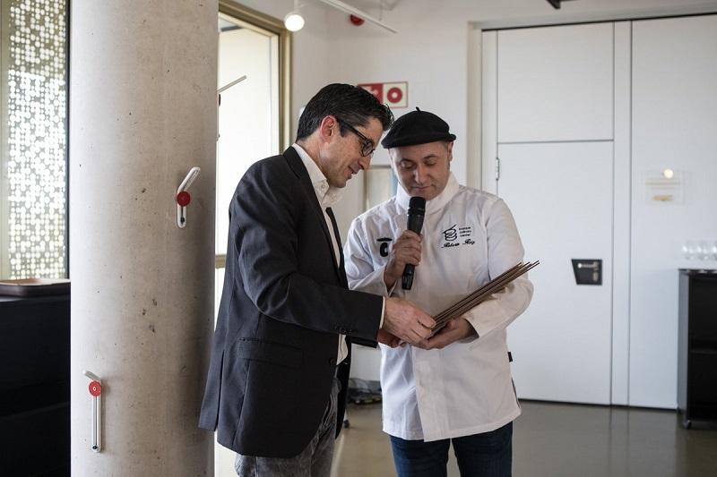 Joxe Mari Aizega, director del Basque Culinary Center, con el homenajeado. Foto: BCC