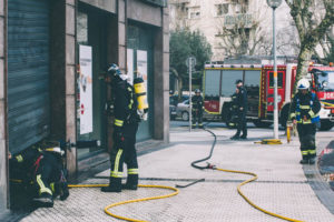 donostitik kutxa inendio 01 300x200 - Los bomberos sofocan un pequeño fuego en el interior de unos cajeros de Kutxa en Amara Berri