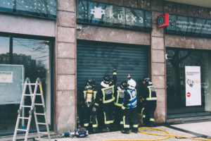 donostitik kutxa inendio 04 300x200 - Los bomberos sofocan un pequeño fuego en el interior de unos cajeros de Kutxa en Amara Berri