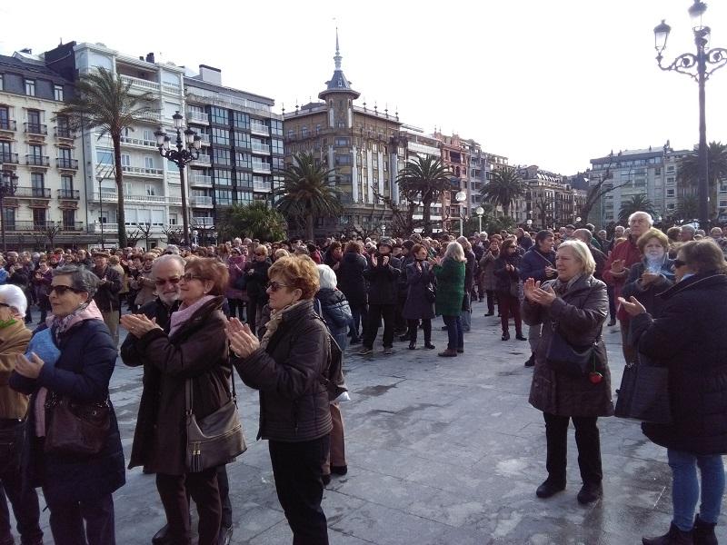 Una de las concentraciones semanales de los pensionistas ante el Consistorio. Foto: A.E.