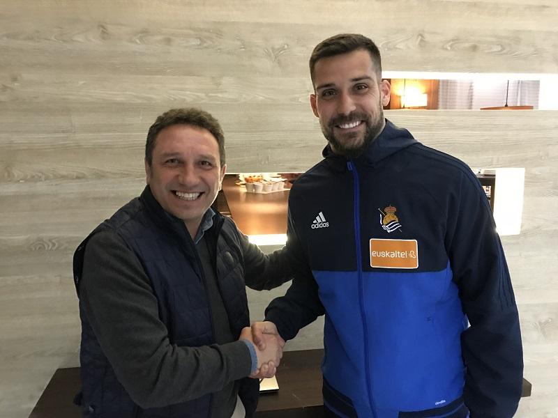 Eusebio Sacristán da la bienvenida a Moyá en Sevilla. Foto: Real Sociedad