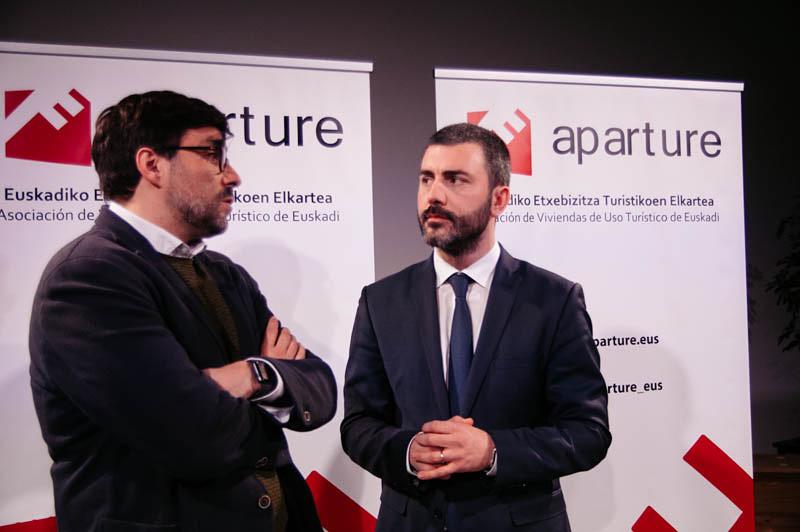 El consultor Juan Castro y el presidente de Aparture, Asier Pereda, el pasado febrero. Foto: Santiago Farizano