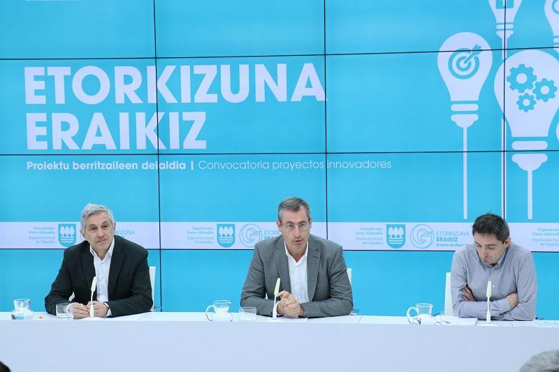 Markel Olano con Sebas Zurutuza y Unai Zabala. Foto: Diputación