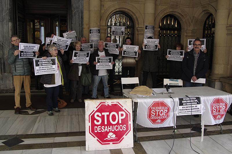 Stop Desahucios y asociaciones vecinales, presentes en el Ayuntamiento durante un pleno. Foto: Santiago Farizano.