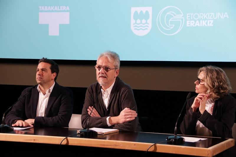 El diputado Imanol Lasa, Guille Viglione (presidente del Club de Creativos) y Edurne Ormazabal, directora de Tabakalera. Foto: Diputación