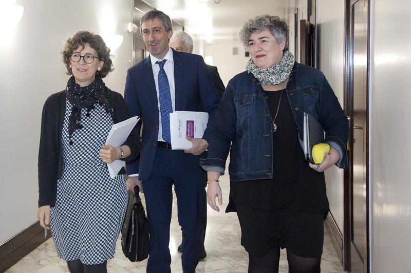 Ernesto Saiz en el Parlamento vasco con responsables de Berdindu! Foto: Gobierno vasco