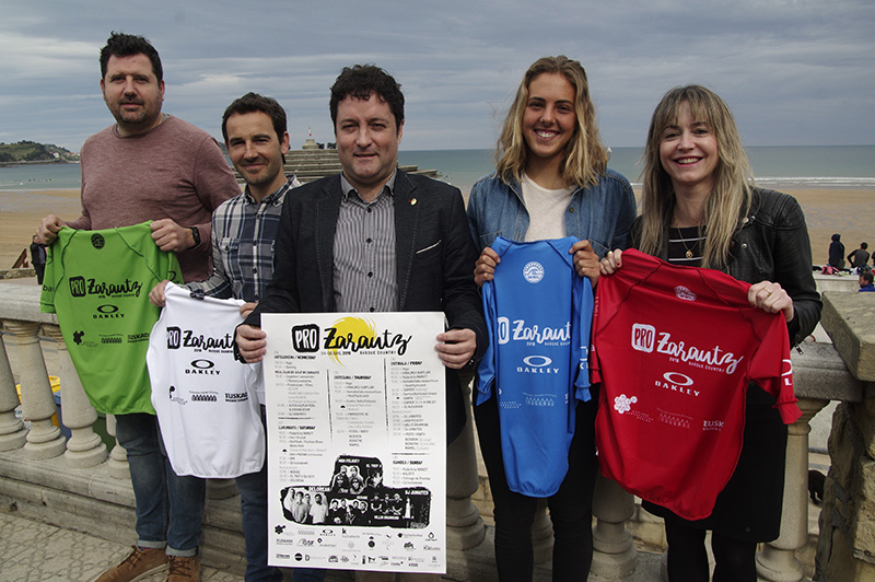 Presentación esta mañana del PRO ZARAUTZ con el alcalde, los surfistas y los organizadores. Foto: Santiago Farizano