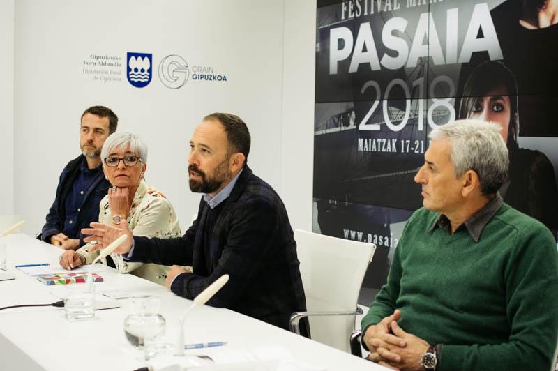 El director del festival Xabier Agote, la alcaldesa de Pasaia Izaskun Gómez, el diputado Denis Itxaso e Iñigo Argomaniz de Get In. Foto: Santiago Farizano