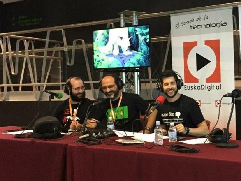 Roberto Ruisanchez e Igor Regidor, del podcast 'Reto Friki', junto con Mr. Zortzi. Foto: Euskalpod