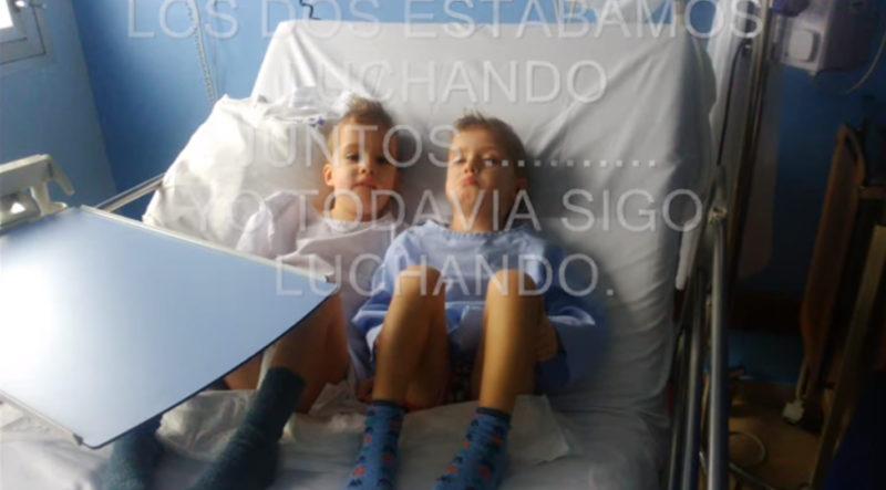 Ibai junto a su hermano Ekain, ingresados, en una imagen del vídeo que narraba su caso.