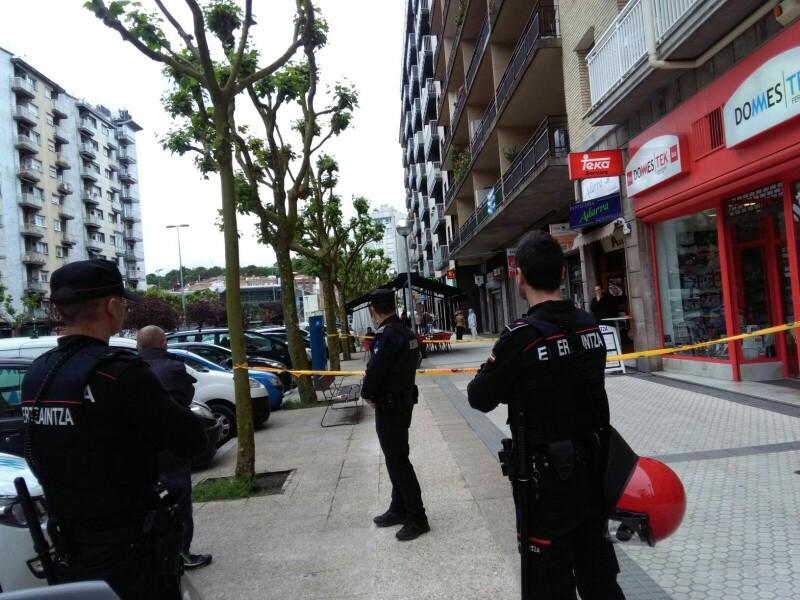 Los agentes acordonaron la zona el miércoles cuando el detenido tiraba objetos desde el balcón. Foto: A.E.
