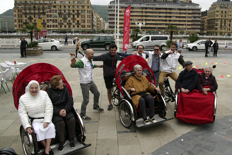 Voluntarios de Pintxokoop paseando en triciclos a personas internadas en residencias donostiarras. Foto de archivo: Santiago Farizano
