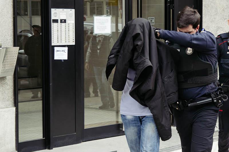El detenido es trasladado por un agente. Foto: Santiago Farizano