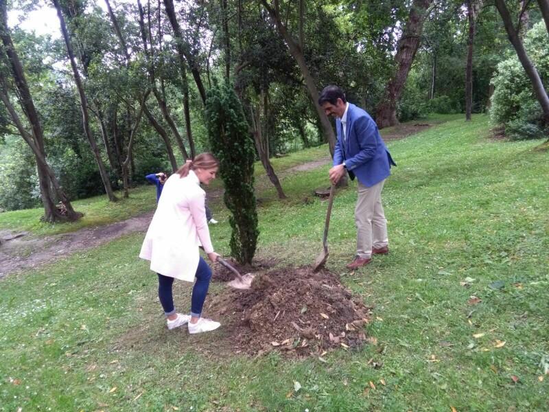 Ane Oyarbide y Eneko Goya plantando un tejo en Cristina Enea. Foto: A.E.